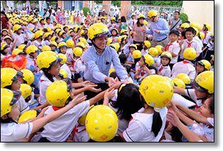 Đội mũ bảo hiểm cho trẻ em